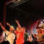 Fans auf der Bühne